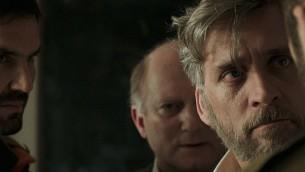 ليئور أشكينازي (مقدمة الصورة)، بدور أب حزين في فيلم شموئيل ماعوز 'فوكستروت' الحائز على جائزة . (Courtesy 'Foxtrot')