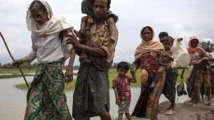 لاجئون من مسلمي الروهينغا في طريقهم إلى بنغلاديش من ميانمار في 7 سبتمبر، 2017. (Dan Kitwood/Getty Images)