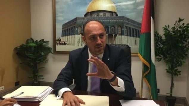 حسام زملط، مبعوث منظمة التحرير الفلسطينية إلى واشنطن، خلال حديث مع صحافيين في واشنطن، 17 أغسطس، 2017. (Ron Kampeas)
