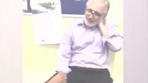 تصوير شاشة الفيديو الذي يظهر أحد المصلين المسلمين بعد وقت قصير من طعنه في الرقبة في مانشستر، المملكة المتحدة. (YouTube/ALL ABOUGHT WORLD)
