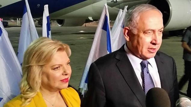 رئيس الوزراء بينيامين نتنياهو وزوجته سارة يتحدثان للصحافيين قبل روكوبهما الطائرة متوجهين إلى أمريكا  اللاتينية في زيارة رسمية تستمر لعشرة أيام في 10 سبتمبر، 2017. (Raphael Ahren/Times of Israel)