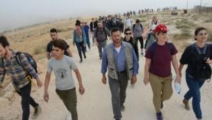 يهود من جميع أنحاء العالم مع إسرائيليين وفلسطينيين في طريقهم إلى موقع صمود مخيم الحرية في تلال جنوب الخليل في 19 مايو 2017. (Credit: Gili Getz)