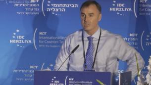 مساعد مفوض شرطة مدينة لندن أليستير ساذرلاند يتحدث في مؤتمر مكافحة الإرهاب في هرتسليا في سبتمبر 2017. (Screen capture: IDC Herzliya)