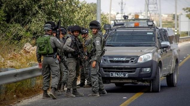 عناصر من شرطة حرس الحدود في موقع محاولة هجوم طعن عند مدخل مستوطنة كريات أربع، 23 سبتمبر، 2016. (Wissam Hashlamon/Flash90)