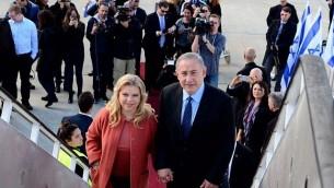 بينيامين نتنياهو، من اليمين، وزوجته سارة نتنياهو، يستقلان الطائرة متوجهين إلى الولايات المتحدة، في مطار بن غوريون، 13 فبراير، 2017. (Avi Ohayun/GPO)