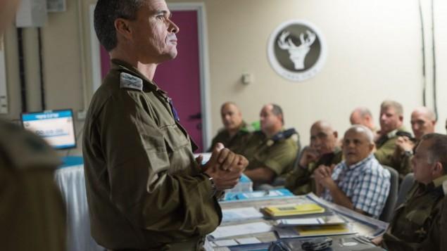 قائد القيادة الشمالية في الجيش الإسرائيلي الجنرال يوئيل ستريك يتحدث مع ضباط رفيعين قبل تدريب 'هدغان'، اكبر تدريب عسكري منذ 20 عاما، 4 سبتمبر 2017 (Israel Defense Forces)
