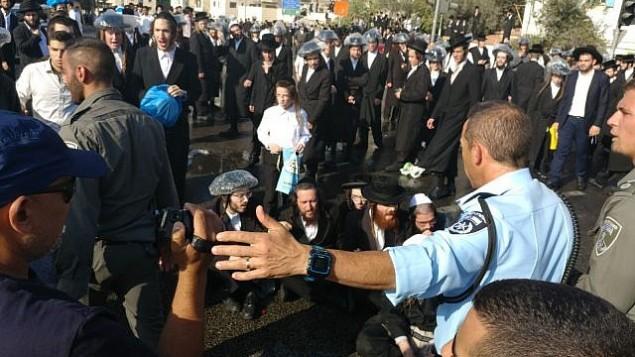 متظاهرون يهود متشددون يحتجون في القدس ضد قرار محكمة يلغي تشريع يؤجل تجنيدهم العسكري الاجباري، 17 سبتمبر 2017 (Israel Police)