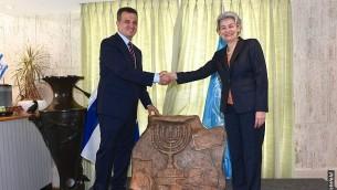السفير الإسرائيلي لدى اليونسكو كرمل شاما هكوهين، مع المديرة العامة للمنظمة إيرينا بوكوفا، 26 سبتمبر، 2017. (Erez Lichtfeld)