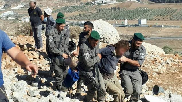 قوات الامن تعتقل مستوطن خلال هدم بؤرة استيطانية غير قانونية في شمال الضفة الغربية، 28 سبتمبر 2017 (Courtesy: Honenu)