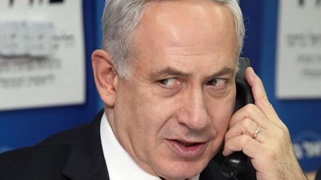 رئيس الوزراء بينيامين نتنياهو يجري محادثة هاتفية. (Gideon Markowicz/Flash90)