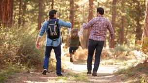 صورة توضيحية لزوج مثلي مع ابنتهما (monkeybusinessimages via iStock by Getty images)