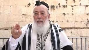 حاخام القدس شلومو عمار يتحدث في باحة الصلاة المختلطة في الحائط الغربي، 14 يونيو، 2016. (screen capture: Ynet)