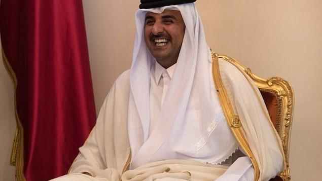 الشيخ تميم بن حمد آل ثاني، أمير قطر، أثناء محادثاته مع رئيسة الوزراء البريطانية تيريزا ماي  خلال اجتماع ثنائي في قمة مجلس التعاون الخليجي في 7 ديسمبر / كانون الأول 2016 في المنامة، البحرين. (Carl Court - Pool/Getty Images via JTA)
