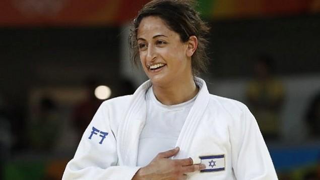 لاعبة الجود الإسرائيلية ياردن جيربي تشير إلى العلم الإسرائيلي، بعد انتصارها على اليابانية ميكو تاشيرو في المنافسة على الميدالية البرونزية في منافسة الجودو للنساء تحت وزن 63 كيلوغراما، في أولمبياد ريو 2016، 9 أغسطس، 2016. (AFP Photo/Jack Guez)