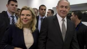 رئيس الوزراء بنيامين نتنياهو (يمين) وزوجته سارة، وهما يدخلان محكمة الصلح في تل أبيب في 14 مارس 2017. (AFP/Heidi Levine, Pool)