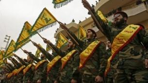 مقاتلون في منظمة 'حزب الله' الشيعية يشاركون في جنازة أحد رفاقهم الذي قُتل في المعارك في سوريا، في قرية كفارحاتا جنوب لبنان، 18 مارس، 2017. (AFP Photo/Mahmoud Zayyat)