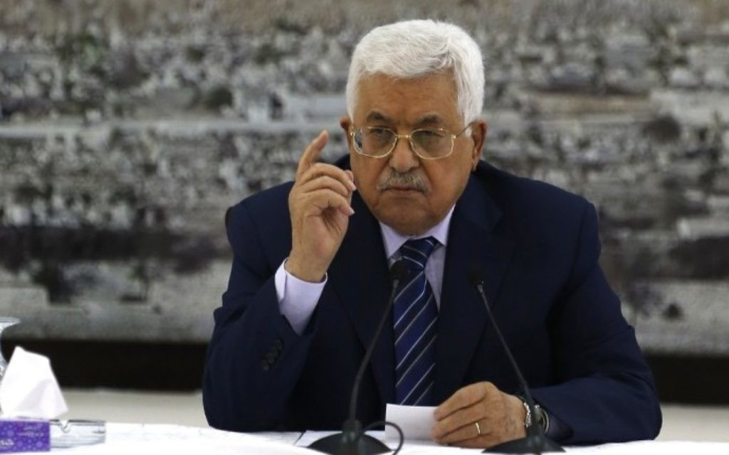 رئيس السلطة الفلسطينية محمود عباس يتحدث خلال اجتماع في مدينة رام الله في الضفة الغربية، 25 يوليو، 2017. (AFP Photo/Abbas Momani)
