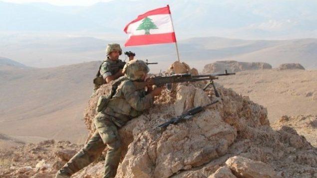 صورة تم التقاطها في 7 أغسطس، 2017، خلال جولة بتوجيه الجيش اللبناني، يظهر فيها جنود يشغلون موقعهم في منطقة جبلية بالقرب من بلدة راس بعلبك الشرقية خلال عملية ضد مقاتلين جهاديين. (AFP PHOTO / STRINGER)