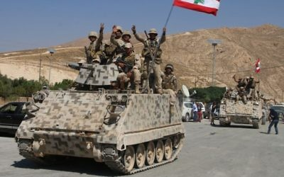جنود لبنانيون يجلسون على حاملة جنود مدرعة في بلدة راس بعلبك شرقي البلاد، في 21 أغسطس، 2017، بعد العودة من القتال ضد تنظيم 'داعش'. (AFP Photo/Stringer)