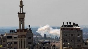 صورة تم إلتقاطها في 17 سبتمبر، 2017، في رفح جنوب قطاع غزة، على الحدود مع مصر، يظهر فيها الدخان  يتصاعد من شمال سيناء في مصر. (AFP/SAID KHATIB)