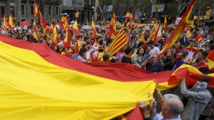 متظاهرون يرفعون علم اسبانيا ضخم خلال مظاهرة ضد الاستفتاء حول استقلال كاتالونيا، 30 سبتمبر 2017 (LLUIS GENE / AFP)