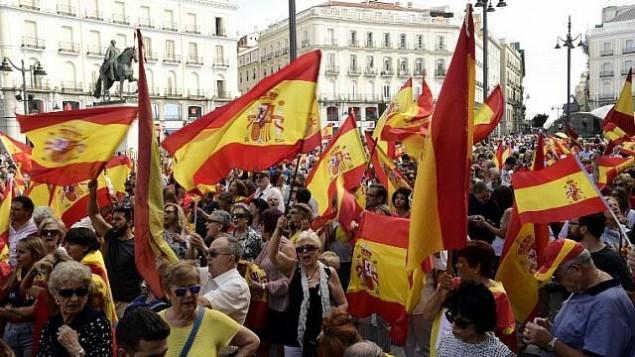 متظاهرون يرفعون اعلام اسبانية خلال مظاهرة ضد الاستفتاء حول استقلال كاتالونيا، 1 اكتوبر 2017 (AFP PHOTO / JAVIER SORIANO)