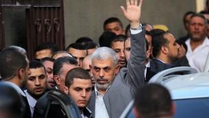 قائد حركة حماس في قطاع غزة يحيى السنوار خلال وصوله إلى اجتماع مع رئيس الوزراء الفلسطيني ومسؤولين آخرين في مدينة غزة، 2 أكتوبر، 2017. (AFP Photo/Said Khatib)