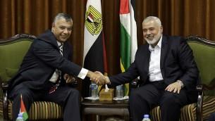 قائد حماس  اسماعيل هنية، يلتقي بقائد المخابرات المصرية خالد فوزي في مكتب هنية في غزة، 3 اكتوبر 2017 (AFP Photo/Mahmud Hams)