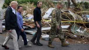 الرئيس الأمريكي دونالد ترامب يقوم بزيارة السكان المتضريين من الإعصار في غواينابو، غربي سان خوان، بورتوريكو، 3 أكتوبر، 2017. (AFP PHOTO / MANDEL NGAN)