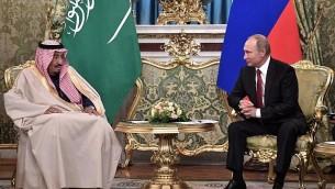 الرئيس الروسي فلاديمير بوتين (من اليسار) خلال لقاء مع الملك السعودي سلمان بن عبد العزيز آل سعود في الكرملين في موسكو، 5 أكتوبر، 2017. (Alexey Nikolsky/AFP)