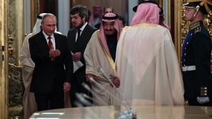 الرئيس الروسي فلاديمير بوتين، من اليسار، بيبن الطريق للملك السعودي سلمان بن عبد العزيز آل سعود خلال لقاء في الكرملين في موسكو، 5 أكتوبر، 2017. (AFP/Yuri KADOBNOV)
