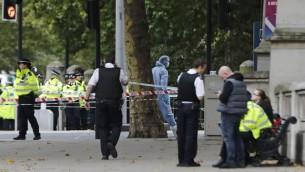 عناصر الشرطة في ساحة حادث سير في لندن، اصيب فيه 11 شخصا، 7 اكتوبر 2017 (TOLGA AKMEN / AFP)