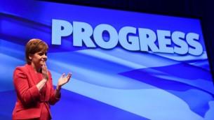 رئيسة الحكومة الاسكتلندية نيكولا ستورجن خلال افتتاح مؤتمر الحزب القومي الاسكتلندي السنوي في غلاسكو، 8 اكتوبر 2017 (AFP)