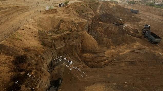 جرافات تقوم بأعمال حفر في موقع 'تل السكن' الأثري في مدينة غزة، 9 أكتوبر، 2017. (AFP/MAHMUD HAMS)