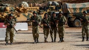 توضيحية: جنود اتراك ومركبات مدرعة على الحدود التركية السورية، 10 اكتوبر 2017 (ILYAS AKENGIN / AFP)