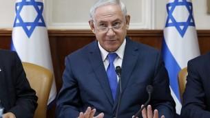 رئيس الوزراء بينيامين نتنياهو يترأس الجلسة الأسبوعية للحكومة في مكتب رئيس الوزراء في القدس، 15 أكتوبر، 2017. (AFP Photo/Pool/Abir Sultan)