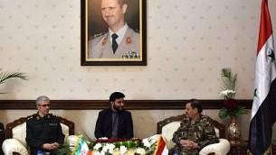وزير الدفاع السوري الجنرال فهد الفريج (من اليمين) يلتقي برئيس هيئة أركان القوات المسلحة الإيرانية اللواء محمد باقري (من اليسار)، في وزارة الدفاع في العاصمة السورية دمشق، 18 أكتوبر، 2017. (AFP PHOTO / STRINGER)