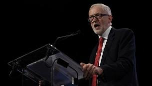زعيم حزب 'العمال' البريطاني جيريمي كوربين خلال كلمة له في اجتماع ل'حزب الإشتراكيين الأوروبيين' في بروكسل، 19 أكتوبر، 2017. (AFP Photo/John Thys)