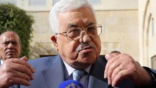 الرئيس الفلسطيني محمود عباس يتحدث مع الصحافيين بعد لقاء مع الملك الأردني في القصر الملكي في عمان، 22 أكتوبر، 2017. (AFP PHOTO / KHALIL MAZRAAWI)