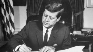 الرئيس الامريكي جون كينيدي في البيت الابيض، 24 اكتوبر 1962 (AFP FILES / AFP)