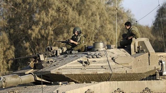 جنود اسرائيليون فوق دبابة بالقرب من الحدود الإسرائيلية مع قطاع غزة، بجوار كيبوتس كيسوفيم، 30 اكتوبر 2017 (AFP PHOTO/MENAHEM KAHANA)