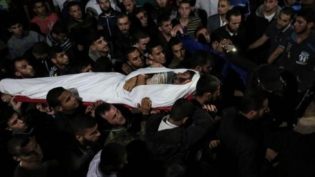 جثمان الفلسطيني مروان الاغا، بعد مقتله في اعقاب تفجير اسرائيل لنفق يمتد من قطاع غزة الى داخل الاراضي الإسرائيلية، في مستشفى الناصر في خان يونس، 3- اكتوبر 2017 (SAID KHATIB / AFP)