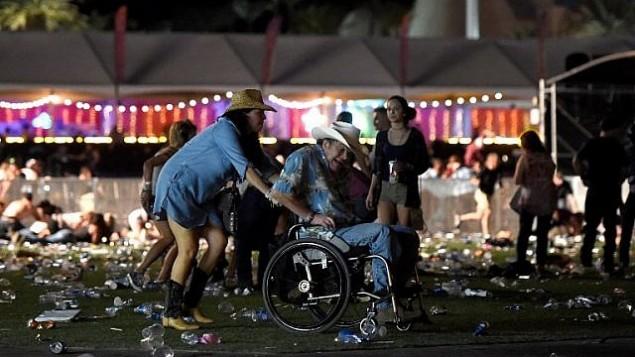 أخذ رجل على كرسي متحرك بعيدا عن مهرجان  Route 91 Harvest الموسيقي بعد سماع دوي إطلاق نار في 1 أكتوبر، 2017 في مدينة لاس فيغاس في ولاية نيفادا. (David Becker/Getty Images/AFP)