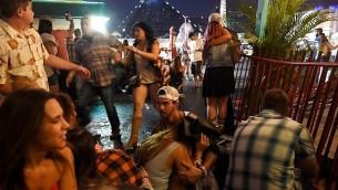 اشخاص يفرون للاختباء خلال مهرجان موسيقي في لاس فيغاس بعد سماع اطلاق نار، 1 اكتوبر 2017 (David Becker/Getty Images/AFP)
