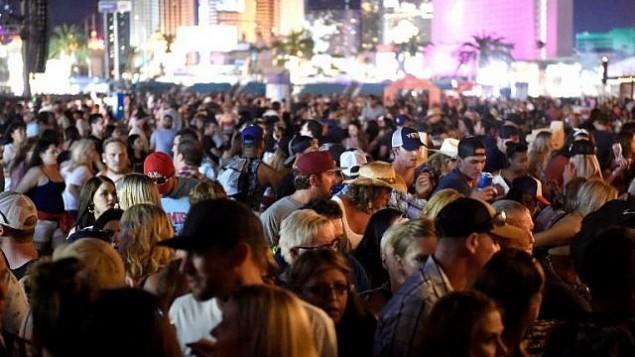 حشد من الأشخاص في مهرجان Route 91 Harvest لموسيقى الكانتري بعد  تقارير عن سماع إطلاق نار في 1 أكتوبر، 2017، في مدينة لاس فيغاس في ولايت نيفادا الأمريكية. (David Becker/Getty Images/AFP)