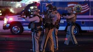 عناصر الشرطة بعد اطلاق نار في مهرجان موسيقي في لاس فيغاس، 1 اكتوبر 2017 (Ethan Miller/Getty Images/AFP)