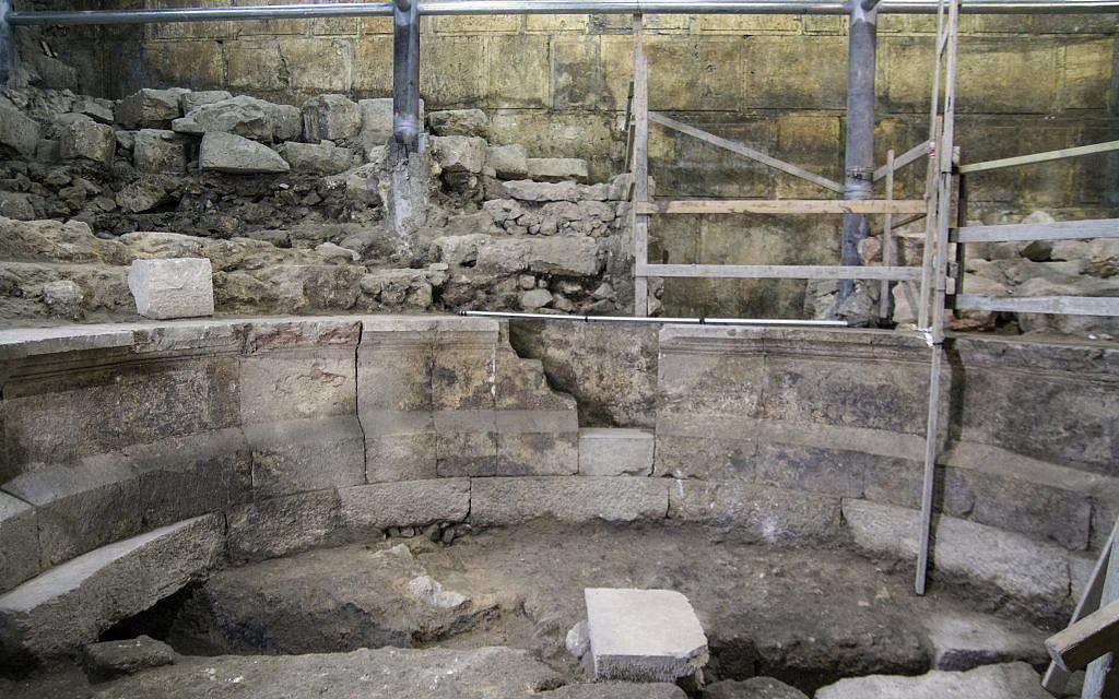 الهيكل الذي يشبه المسرح في أنفاق حائط المبكى. (Yaniv Berman, courtesy of the Israel Antiquities Authority)