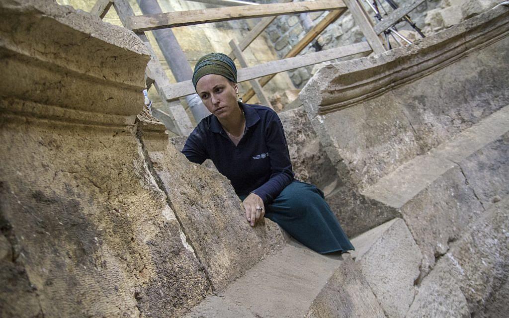 عالمة الآثار في السلطة الإسرائيلية للآثار تيهيلا ليبرمان في هيكل المسرح في أنفاق حائط المبكى في القدس. (Yaniv Berman, courtesy of the Israel Antiquities Authority)