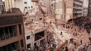 المركز اليهودي 'آميا' في بوينس آيرس بعد تعرضه للهجوم في يوليو 1994. (Cambalachero/Wikimedia commons)