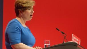 وزيرة خارجية المعارضة اميلي ثورنبري تقدم خطاب خلال مؤتمر حزب العمال عام 2016 (CC BY-SA 4.0, Rwendland, Wikipedia)